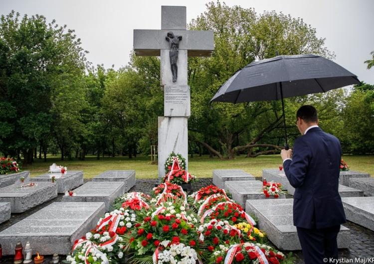 """Krystian Maj / KPRM """"Nie ma słów, które potrafiłyby opisać okrucieństwo tej zbrodni"""". Premier oddał hołd ofiarom Wołynia"""