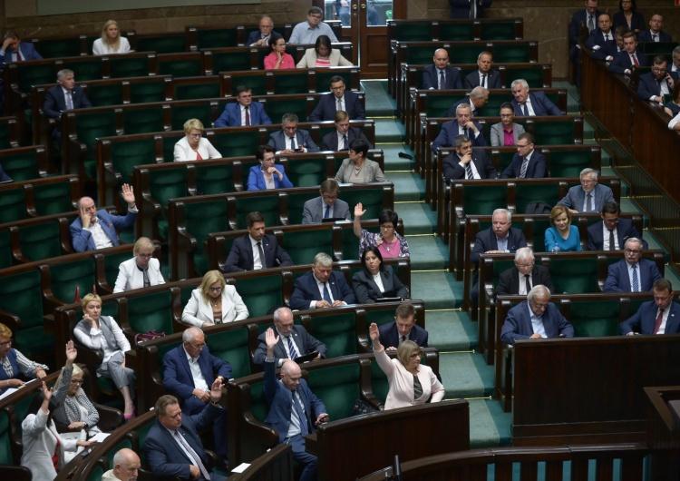 Sejm za częścią poprawek do ustawy o bonie turystycznym. Chodzi o dzieci rodziców pracujących za granicą